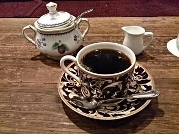 そんな茶亭 羽當のコーヒーは、コーヒー好き憧れの1杯。海外にもファンがいるくらい人気なんです。バリスタが、1杯ずつ丁寧に用意してくれます。内装を眺めならがコーヒーが出来上がるのを待つのも楽しいんだとか。