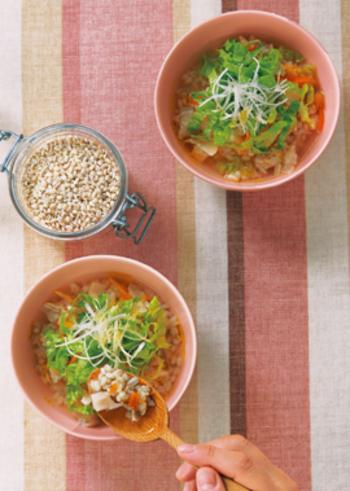 もち麦を単体で炊いて、野菜や豚肉を煮込んだスープを注ぎます。もちもち、さらさら…いろいろな食感が楽しめるヘルシーなごはんものです。