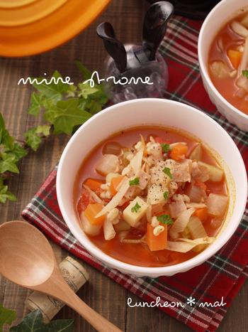 野菜たっぷりのミネストローネにもち麦をプラス。あったかスープは、冬だけでなく、冷房で冷えやすい夏にもいいですね。朝食などにもぴったりです。