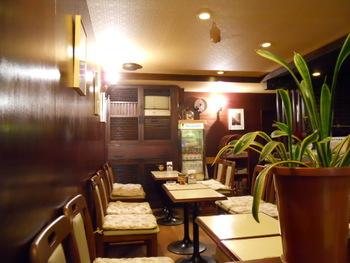ダークなウッドテイストの店内は、シックなインテリアで整えられています。清潔感があり、落ち着いた空間です。