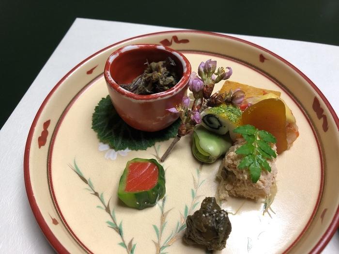 大正11年(1922年)創業。昭和天皇が宿泊されたこともある老舗で、「ミシュランガイド北海道」では一つ星を獲得しています。お湯はもちろんですが、この宿へ訪れたら、やはり食事を堪能したいところ。茶事における「三キ」のおもてなしの心。「その季節」「その器」「その機会」を大切にした料理は、美味しいだけでなく温かい心遣いをふんだんに感じるものばかりです。