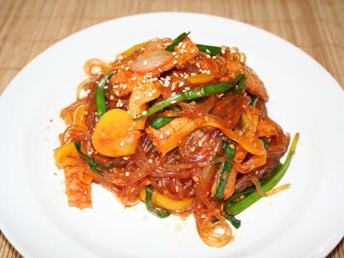 コチュジャン×麺類といえば、春雨も外せません。こちらは韓国春雨を使ったレシピ。韓国おでんも入っていて本格的です。調味料は先に混ぜておきましょう。完成したら春雨が伸びる前にすぐ召し上がれ♪