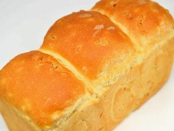 ふわふわもっちりな食パンに、ぷちっとしたもち麦をしのばせています。食べ応えもあり、エネルギーを補給したい朝食にぴったり。雑穀のパンは、お惣菜系を合わせてもなじみます。