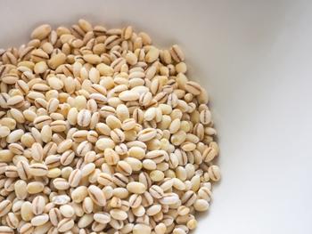 もち麦は、穀類の中でも食物繊維がとても豊富。とくに水溶性食物繊維「β-グルカン」が多いのが特徴で、腸内環境を整えるのに効果的といわれています。健康志向の方やダイエット中の方にもうれしい食材ですね。もち麦は、スーパーなどでも手に入りますが、産地やブランドにこだわるのであれば、ネット通販がおすすめです。