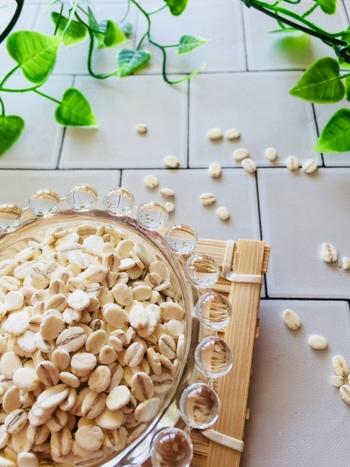 """「もち麦」は、大麦の一種で、粘り気のある""""もち性の大麦""""のこと。「押し麦」は、""""うるち性の大麦""""を平たくつぶして食べやすくしたものです。それぞれ、食物繊維の含有量はごぼうやさつまいもよりも多く、ミネラル・ビタミンも多く含まれる健康食材として人気です。"""
