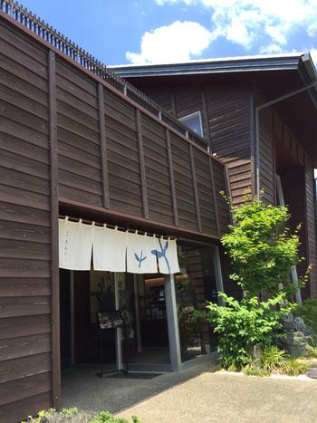 掛川駅から車で10分ほどのところにある「茶菓きみくら」は、深蒸し茶専門店の2階にあります。