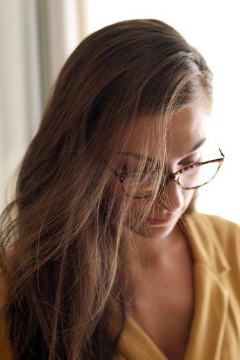 意外にも、目を助けるはずの道具である「メガネ」や「コンタクト」が原因の事も。視力が変化している事に気付かず度の合ってないメガネを使っていたり、日常は問題なくてもデスク作業では違うメガネが必要なケースもあります。何年も同じメガネを使っている場合は一度チェックしてみましょう。また、コンタクトは目が乾きがちになるので、ケアが不十分だとやはり目に負担をかけてしまいます。