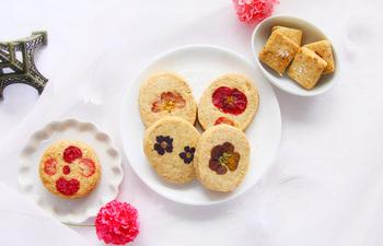 お手土産やお祝いの席、ティーパーティーにピッタリのお花のクッキーは、お店のお花と一緒に可愛くコーディネートすれば、それだけでティータイムパーティーを素敵に演出できそう。