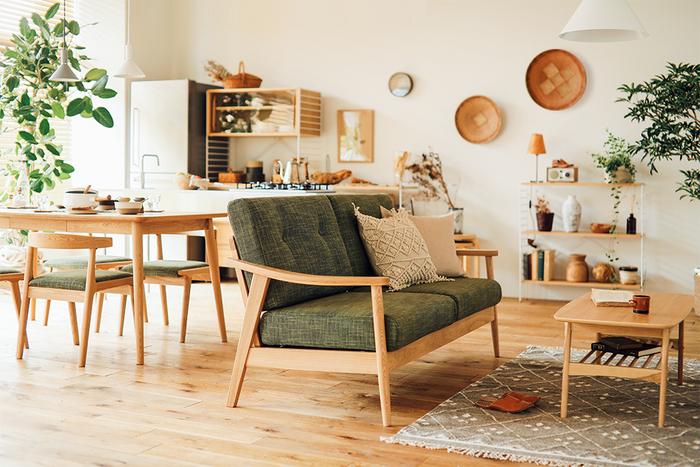 """""""ナチュラル""""という言葉の意味通り、自然のあたたかさを感じさせるナチュラルスタイル。全体的に淡い色や天然素材の家具や小物を多く使用し、明るく開放的で、飾り気のない雰囲気が特徴です。流行に左右されない人気のコーディネートですね。"""
