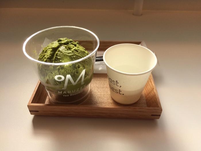 人気のジェラートは、「0°M 抹茶(焙煎なし)」から「200°M ダークロースト(超深煎り)」まで7種類。焙煎温度によって全く異なる味わいが評判です。「0°M ノンロースト(焙煎なし)」は、生葉を蒸して乾燥させたままの茶葉を使用し、青々としたフレッシュさを感じられます。