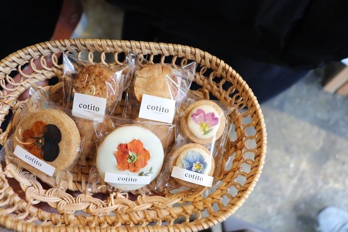 安心していただける食材をできる限り選び、その素材の味を大切にしながら、一つ一つ丁寧に作られている見た目も可愛らしいクッキー。全てのクッキーは一人で焼かれているので、お菓子の販売は日によって異なるので、公式サイトをチェックしてから訪れた方が良いかも。