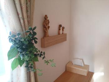 大きなインテリアを飾りたいとき、合わせて小物も飾りたい、そんな時に「壁に付けられる家具」がぴったりなのです。微妙な配置のバランスも自分の思い通りになります。