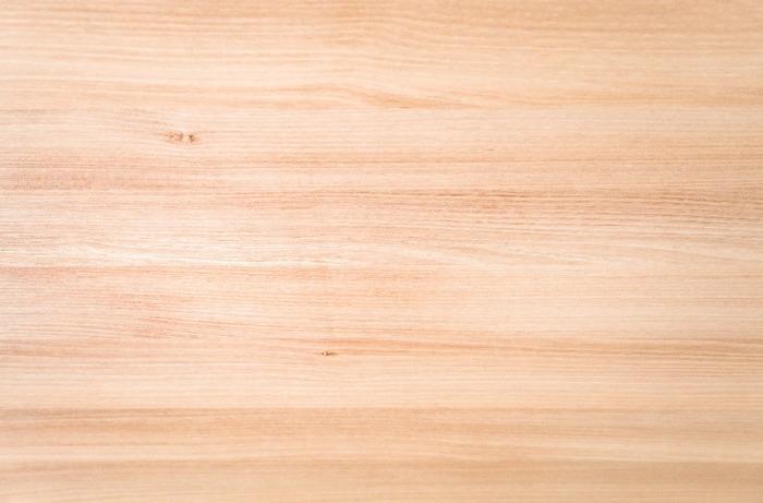 また、木材を使ったアイテムを多く取り入れることも重要になります。このとき注意したいのが、木材の色!ベージュや白に近い明るめの木材をチョイスしましょう。また、アイテム同士の色が同じトーンになるよう意識することも重要です。もし色に迷ったら、床の色に合わせるのもひとつの手ですよ。