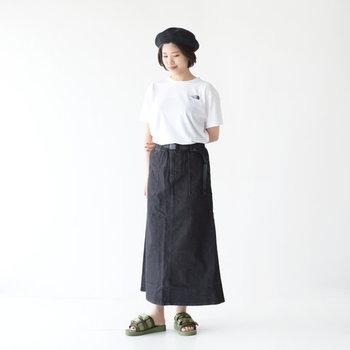 合わせるなら、ロングの柄スカートではなくコンパクトなデニムスカートを合わせてシックに。ベレー帽で大人シックなモードを盛り上げましょう。足元にはあえてカラーをプラスしてアクセントを。