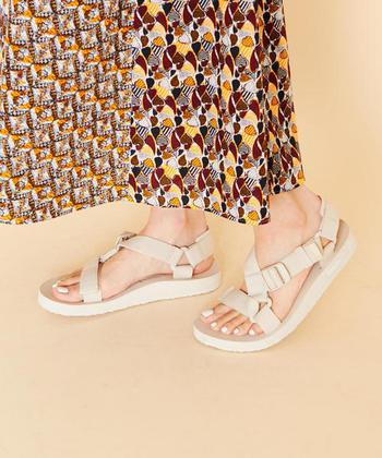 優しいキナリカラーもおすすめ。足元のネイルはホワイトにして、爽やかさを倍増させましょう。暑苦しく見えがちな柄スカートも、この足元コーデなら綺麗め&爽やかです。