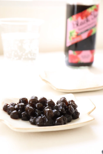 あまり知られていませんが、タピオカの原料はキャッサバというイモの一種。キャッサバの根茎から採ったでんぷんを水で溶かしてから加熱、さらに粒状にして乾燥させたものがタピオカパールです。