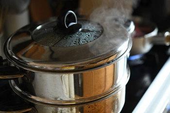 蒸し器があれば、蒸し大豆は自宅で簡単に作ることができます。乾燥豆を使うので、蒸すのは、水に一晩しっかりつけてから。ふっくら楕円形になるまで、しっかり戻しましょう。