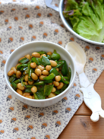 【大豆とピーマンのクミン炒め】 お豆とクミンはとても素敵な組み合わせ。ピーマンとも好相性で、ちょっとしたおつまみにもぴったり。リーズナブルに作れる一品は、買い物が面倒な時にもありがたいですよね。