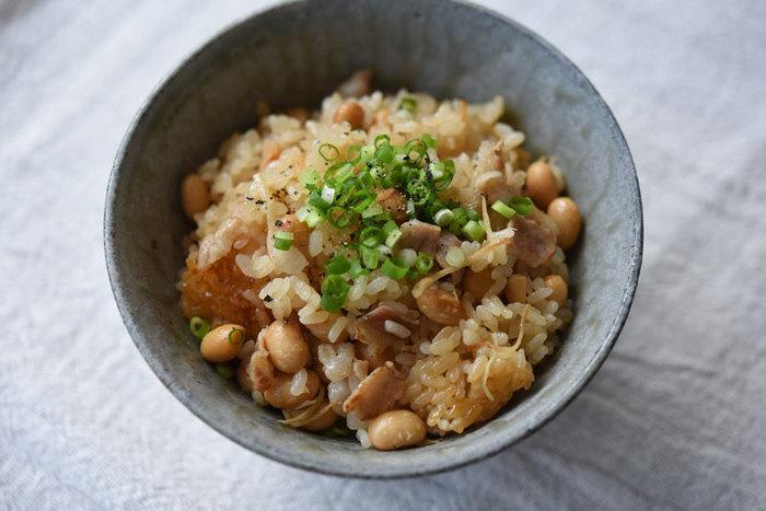 【大豆と豚バラ肉の炊き込みご飯】 ボリューミーで食べ応えたっぷりの炊き込みご飯。栄養豊富なので、メインのおかず代わりにもなりそうです。野菜たっぷりのスープを添えて、時には、一汁一飯のシンプルな晩ごはんはいかがでしょうか?
