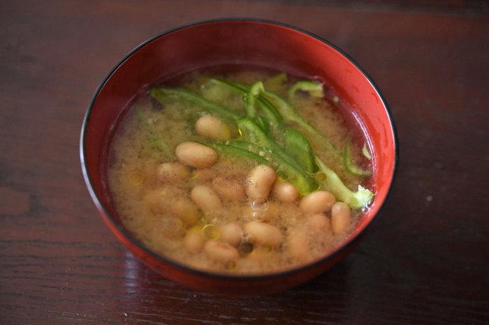 スープに豆が入ると、途端におかず級のボリュームが出てくるもの。栄養たっぷりだし、そして風味も食感もなんだかほっこりするような素朴さがあって魅力的です。こちらは味噌汁仕立てのレシピ。即席で作れるので朝ごはんにもおすすめです。