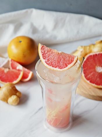 ギュギュッと搾りたてが美味しいフルーツサワーも、お家で簡単に作れます。  画像は、ピンクグレープフルーツを絞った果汁を焼酎と炭酸水で割った、フレッシュな味わいのカクテル。隠し味に加えた生姜がアクセントです。ピンクグレープフルーツは紫外線から肌を守る成分のリコピンが豊富で、美容にも良い食材だそう。女子会にいいかもしれませんね。