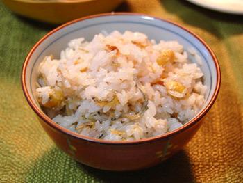 【蒸し大豆梅干しじゃこご飯】 蒸し大豆とじゃこをゆっくり香ばしく炒めてから、お米と一緒に炊き上げて。梅干しも入れるので、味付けしなくても、素材の持ち味が生かされ十分美味しく仕上がるのが嬉しい。滋味深い味わいにほっこり癒される。そんな優しいご飯です。