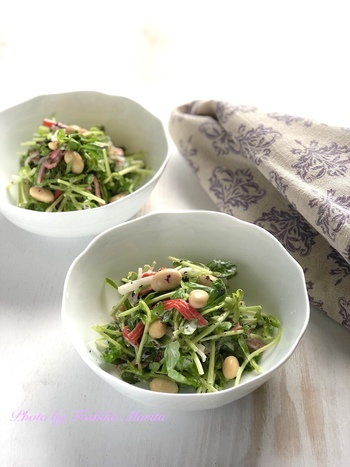 【豆苗と蒸し大豆のゆかり和え】 包丁いらずで作れる和え物サラダは、とにかくザクザクとキッチンバサミで切って、混ぜて、和えて...とラフに作れるのが楽しい。旨味たっぷりのカニかまとゆかりという味の組み合わせもなかなか秀逸です。