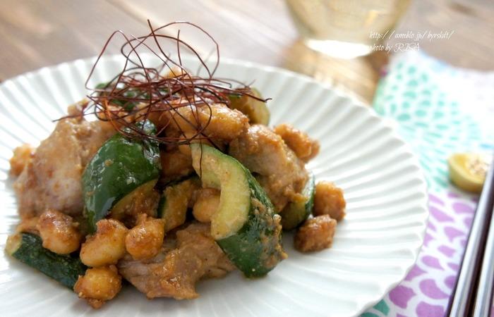 鶏もも肉ときゅうりと蒸し大豆を、ごまと味噌で炒め合わせた一皿。食感も香りも豊かで、レストランで出てくるようなパンチのある味わいに胃袋をグッと掴まれます。