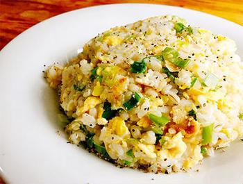 炒飯にもち麦を入れるとパラッとした仕上がりに。冷凍してあるもち麦でもOKです。シンプルな材料ですが、味わい深いひと皿です。