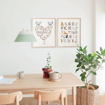 ウォールアイテムをプラスするだけでも、素敵な北欧感を演出できますよ。ナチュラルテイストと合わせるときには、木のフレームをチョイス!お部屋の雰囲気にしっくり合うデザインを選びましょう。