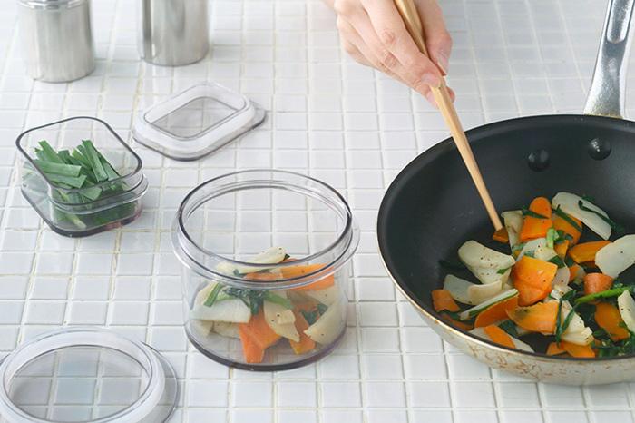 耐熱ガラスの器感覚で、作ったお料理をそのまま容器へ入れ、食卓へサーブしても♪また、衝撃に強い素材なので、忙しい時におかずを保存するときや冷蔵庫の出し入れも安心。お弁当箱にするのもおすすめです。さらにとても軽いので、お子さまでも気兼ねなく使うことができたりと、使い勝手は抜群です。