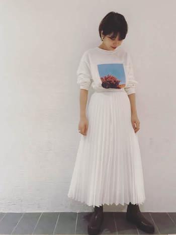 張りのある綺麗めプリーツスカートは、ハイウエストぎみに穿いてロンTをゆったりインすれば、程よくカジュアルダウンした着こなしに。ダーク系のブーツで、全体を大人っぽく引き締めています。
