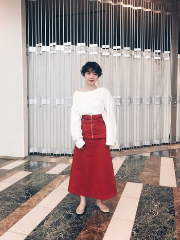 ウエストベルトが取り外しできるタイプの真っ赤なロングスカート。長めの袖が印象的なブラウスも、ボトムスイン&ウエストマークで、すっきり見せが叶います。パンプスを合わせ、エレガントなフェミニンスタイルに。