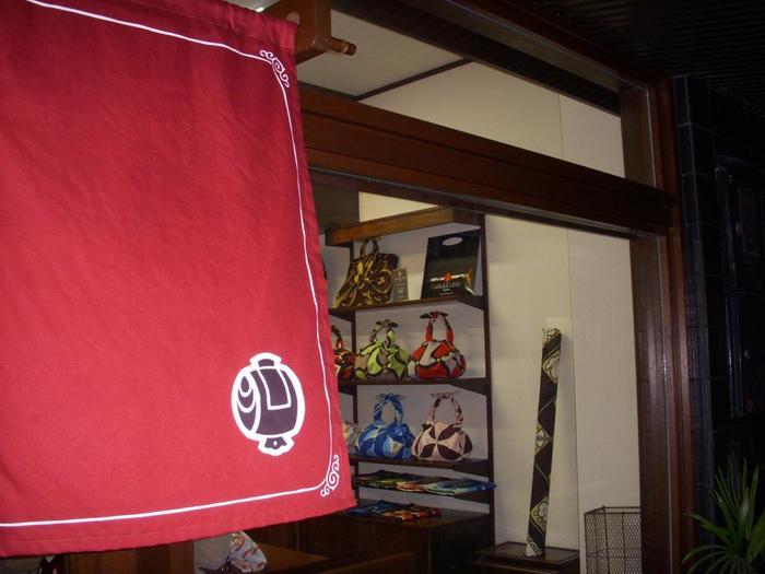 東山の知恩院にある老舗「京都掛札」は風呂敷の専門店。とは言っても、元々は風呂敷をはじめ暖簾や旗・幕などのいろいろな染め物を作っていた染物屋さんです。