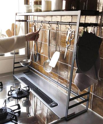 小さなキッチンでは、コンロ周りの隙間も貴重な収納スペースです。フック類を活用したり、簡単DIYで棚を作ったり。足元にキッチンワゴンなどの移動可能な収納を加えてみてもいいですね。まずは、コンロ周りのスペースを上手に使いこなすための注目ポイントと片付けのコツを見ていきましょう。