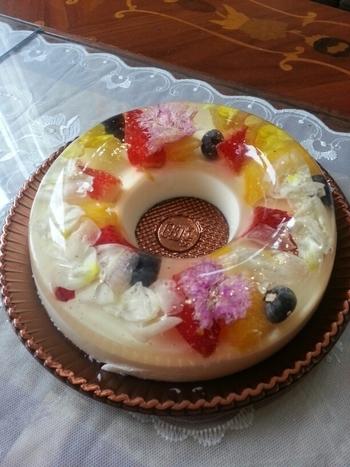 店名の通りに、美しい花で彩られたケーキ。使用されている花は、食べられるお花であるエディブルフラワーなので、安心していただけます。