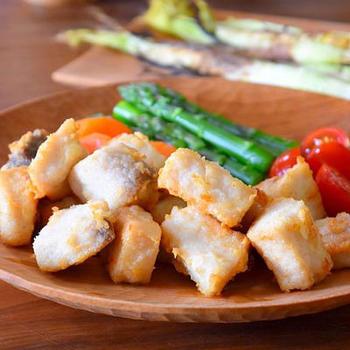 カジキをカラッと香ばしく上げた「塩麹から揚げ」も、晩ご飯のおかずにおすすめの一品です。塩麹をもみ込んだカジキは、とってもやわらくてジューシー。ご飯がすすむこと間違いなしです♪