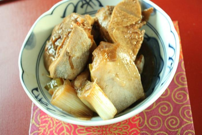こちらはメカジキのかまを下仁田ねぎと一緒に煮付けた、見た目も豪華な一品です。脂がのったメカジキのかまが、甘辛のタレと絡んで絶品!煮る前にお湯を回しかけ、さらに落し蓋をして煮ることで、魚独特の臭みを取りやすくなるそうですよ◎。