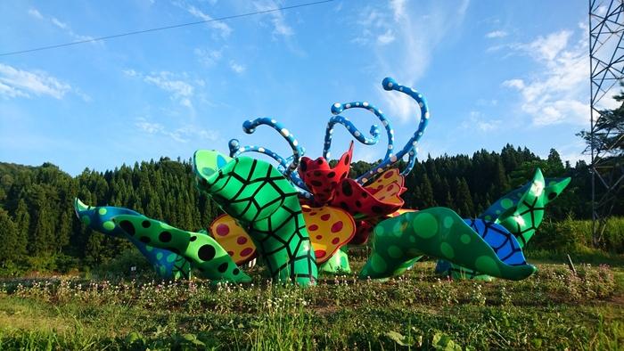 アートをテーマに、地域活性化に取り組むイベント、「大地の芸術祭 越後妻有アートトリエンナーレ」は、世界最大級のスケールでアートを楽しめる場です。  イベントは、3年ごとの開催で(前回は2018年開催)、次回は2021年と少し先になりますが(*)、野外アート作品は常設なので、いつ訪れても楽しむことができますよ。野外展示には大人も子供も楽しめるアスレチックのような作品もあり、触れたり、アート作品内を探険することも可能。  *ただし、2019年8月10日(土)~18日(日)の9日間に限り、『大地の芸術祭」の里 越後妻有2019夏』を開催。詳細は以下のリンク先よりご確認ください。