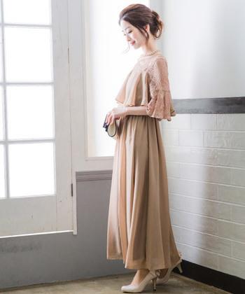 大人っぽくて優しい雰囲気のベージュのロングドレス。レースのお袖が上品でエレガントな一枚です。小物はパールのアクセサリーや白系のバッグでスッキリまとめて。