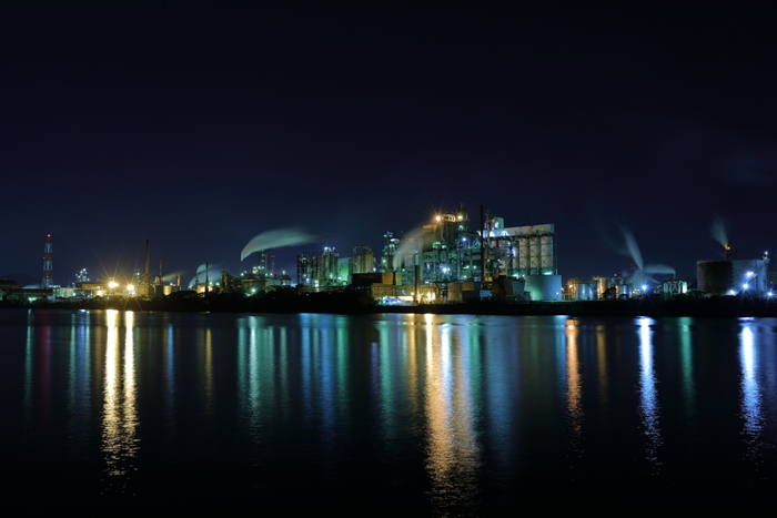工場夜景とは、その名の通り、化学プラント、石油化学コンビナート、製鋼所、製鉄所などの大型工場が集中する工業地帯で観ることのできる夜景のことです。