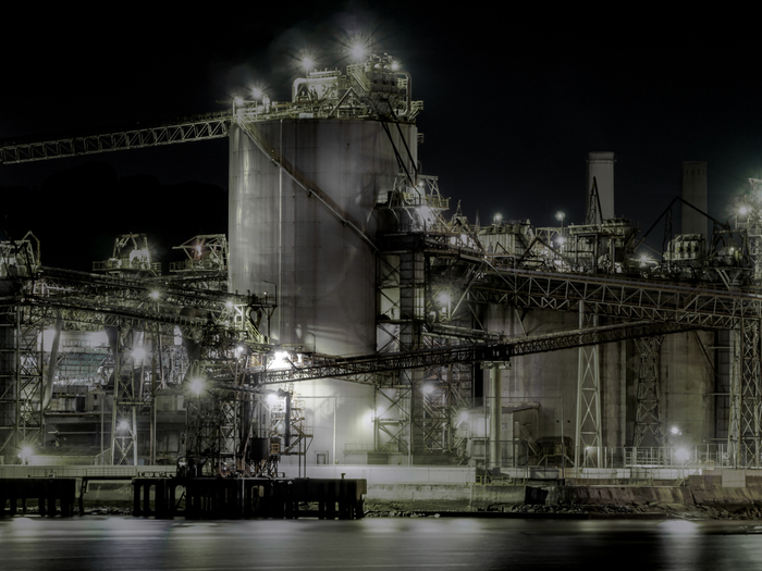 太平洋ベルト(※)の最西部に位置する北九州工業地帯を支える北九州市は、九州地方の玄関口となっています。1901年に官営八幡製鐵所の開設以来、日本の経済発展を支える大きな礎としての役割を果たしてきました。   ※茨城県から大分県まで続く太平洋側に立地している工業地帯の総称