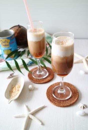 こちらはコーヒーにココナッツミルクとはちみつを加えた、まろやかな味わいの「カフェ・ハニーココナッツ」です。香ばしいローストココナッツのトッピングと、甘い香りのココナッツミルクをアクセントに効かせたトロピカルな一品。南国風にアレンジした爽やかなアイスコーヒーは、暑い夏にぴったりです。