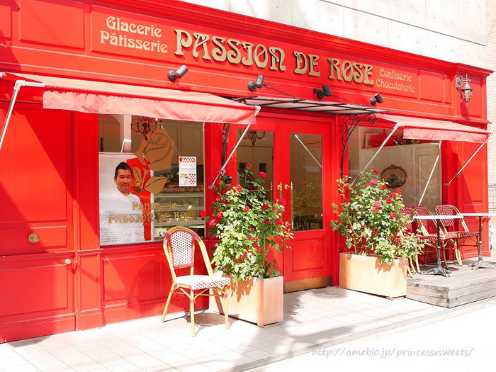 お店のコンセプトカラーである鮮やかな赤の外観が目を引く「パッション ドゥ ローズ」。2013年4月に白金にオープンしたフランス菓子のお店は、都営地下鉄 三田線および東京メトロ 南北線「白金高輪駅」より、徒歩約2分の距離にあります。