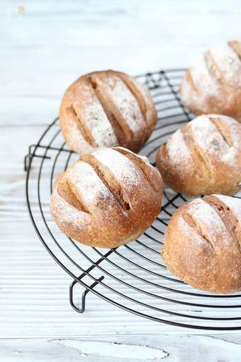 自家製の天然酵母は少しハードルが高い、という人向けの市販の天然酵母を使ったレシピ。くるみもレーズンも入って、色々な食感が楽しめるパンです。全粒粉の香ばしさや風味の豊かさも魅力。