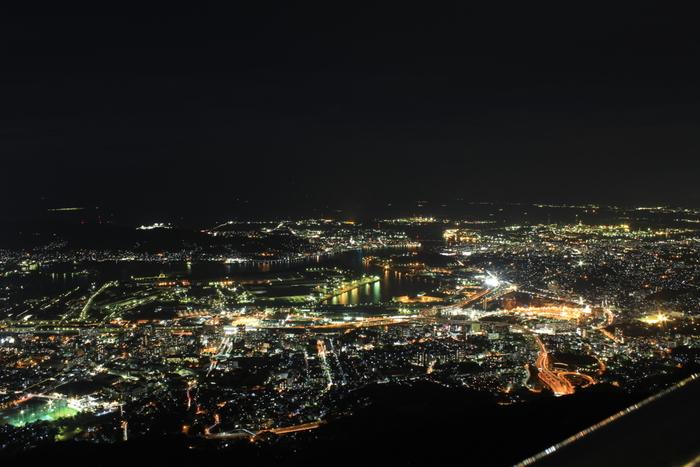 皿倉山はクルーズ船に乗らずに工場夜景を臨むことができるビューポイントとして人気を集めています。また、皿倉山の展望台からは北九州市街地の美しい夜景を工場夜景と併せて見渡すことができます。