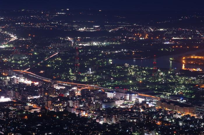 新日本三大夜景(山梨県笛吹川フルーツ公園/山梨県山梨市、若草山/奈良県奈良市、皿倉山/福岡県北九州市)のひとつに数えられる皿倉山からは、標高622メートルの山頂にある展望台から北九州市の工場夜景を一望することができます。