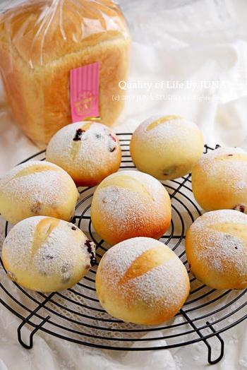 こちらも市販の天然酵母を使うレシピ。小さく成形する丸パンは失敗が少ない形なので、初めて天然酵母を使う場合も安心。ふわふわでもちもちとした焼き上がりです。