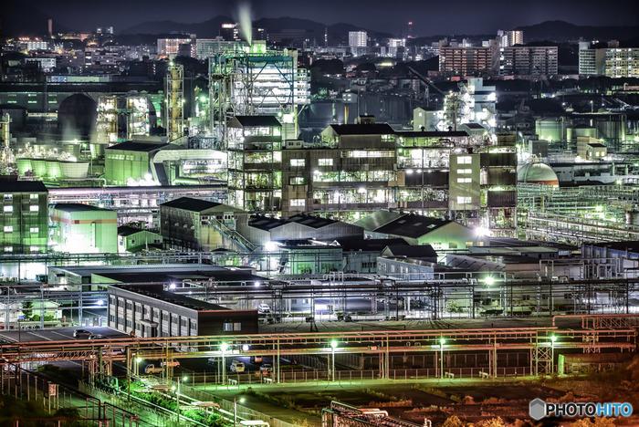三菱ケミカル(株)福岡事業所は北九州市を代表する化学プラントのひとつです。複雑に入り組んだパイプが白く輝く様は幻想的で、ここを訪れると異次元の世界に足を踏み入れたかのような錯覚を感じます。