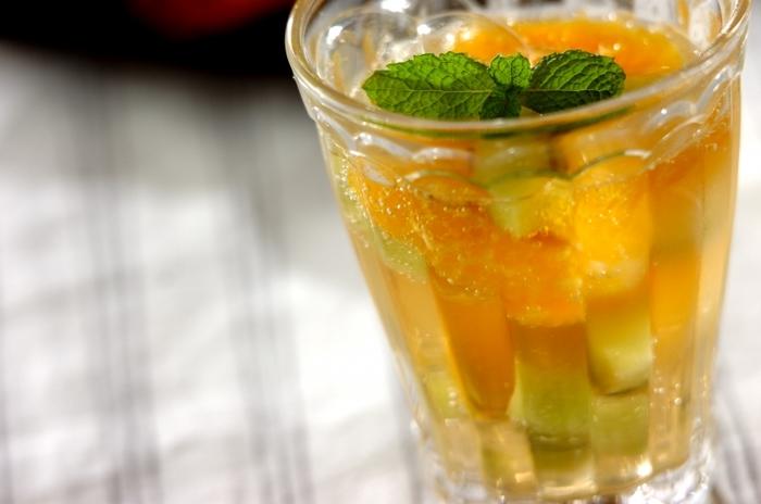 オレンジとキウイにジンジャーエールを注いだ、夏にぴったりのデザートドリンク。ジンジャーエールで作るフルーツポンチのような、爽やかな味わいです。